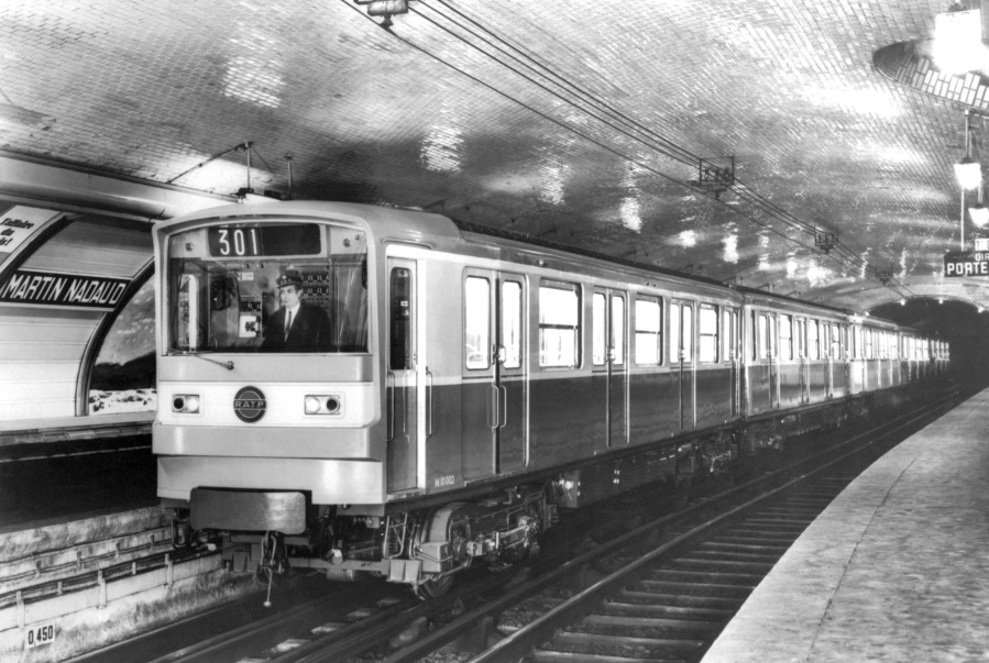 Photo datée du 21 décembre 1967 d'une rame de métro arrivant dans la station Martin Nadaud (Gambetta) à Paris. Alors que le métro parisien s'apprête à fêter son centenaire, la RATP gère également deux lignes de RER, un réseau de bus, deux lignes de tramway et l'Orlyval. / AFP / DSK